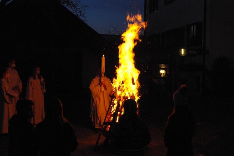 Pfarrer Raja entzündet die Osterkerze.