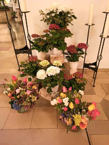Die vielen mitgebrachten Blumen unter der Marienstatue
